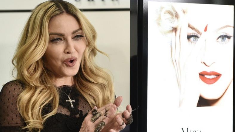 ... nienaturalne grymasy. Tradycyjnie już - można tak chyba powiedzieć, - uwagę zwracają jej żylaste dłonie... Wygląda na kobietę, która za pół roku skończy 58 lat?