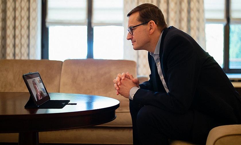 Mateusz Morawiecki podczas rozmowy z mamą, Jadwigą Morawiecką.