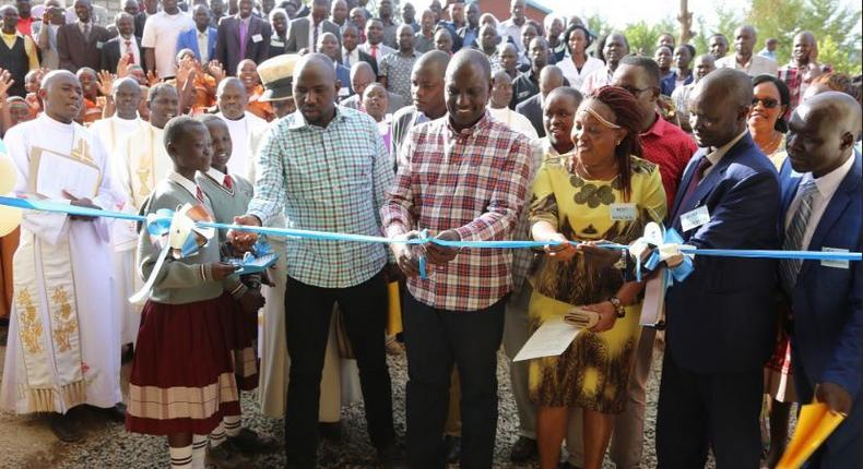 Deputy President William Ruto has come under heavy criticism after photos of him launching an ICT Resource centre with obsolete computers surfaced.