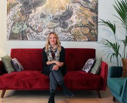 Ginny Litscher vit au milieu de ses œuvres d'art