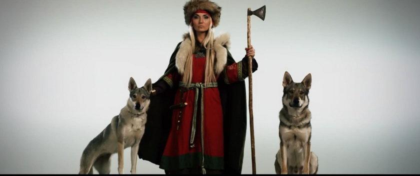 Cleo z średniowiecznym stroju ludowym z wilkami