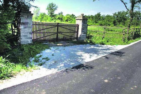 Novi asfalt sve do kapije: Ulaz u Jevđovićevo imanje