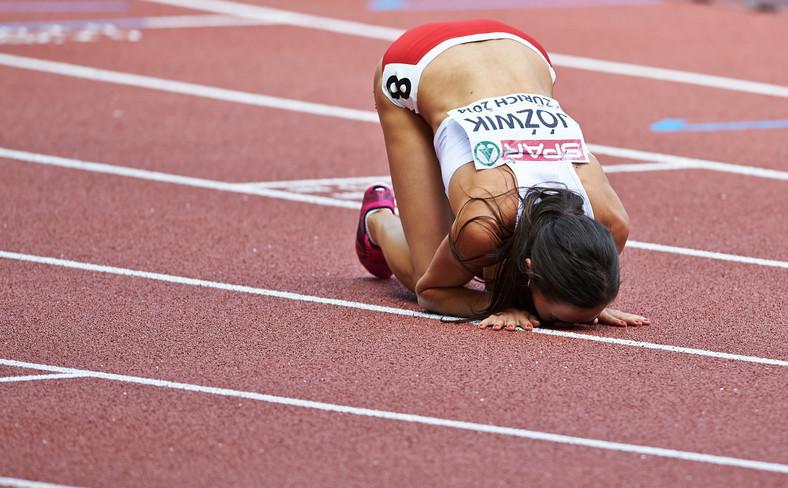 Joanna Jóźwik na mecie finałowego biegu kobiet na dystansie 800 metrów