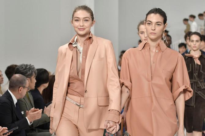 Vitorija sa Điđi Hadid 2018. na Milanskoj nedelji mode
