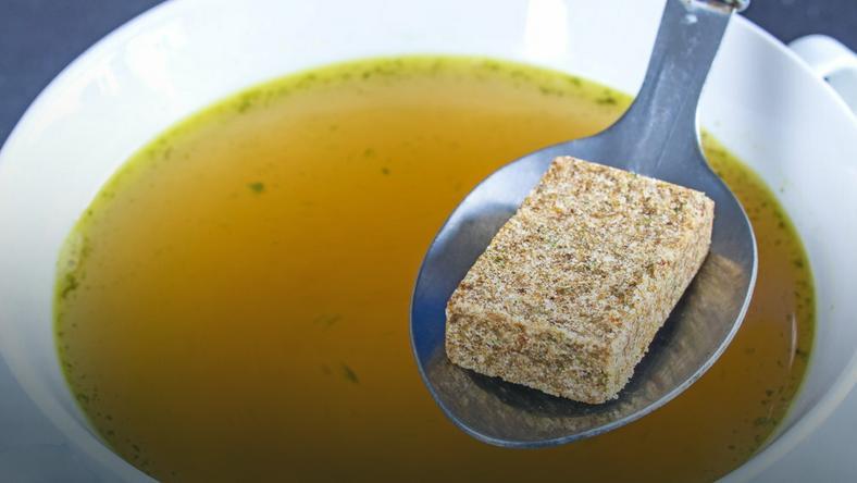 Trzy główne składniki kostek rosołowych to sól, utwardzony tłuszcz roślinny i wzmacniacz smaku – glutaminian monosodowy