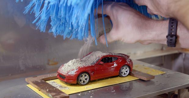 Przed myciem płytka jak i samochód pokrywane są brudem przyzwiezionym z Arizony