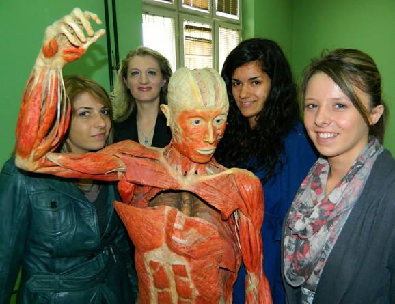 Ana, docent Ivana Živanović, Jasna i Bojana sa plastenkom (sleva nadesno)