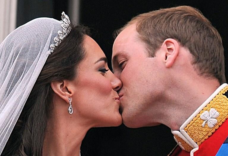 Pamiętny pocałunek nowożeńców na balkonie pałacu Buckingham