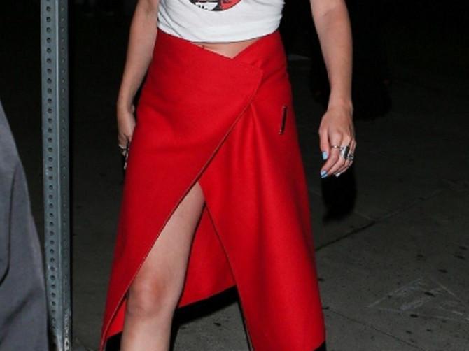 Suknja koju nosi Selena Srpkinje obožavaju: Ali su tek njene SANDALE GLAVNI SPEKTAKL