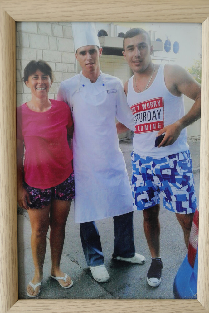 Ponosna mama sa sinovima. Milan je student gastronomije, a mlađi Miloš je poljoprivredni tehničar