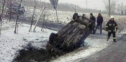 Opel dachował na śliskiej drodze. Ciężarna trafiła do szpitala