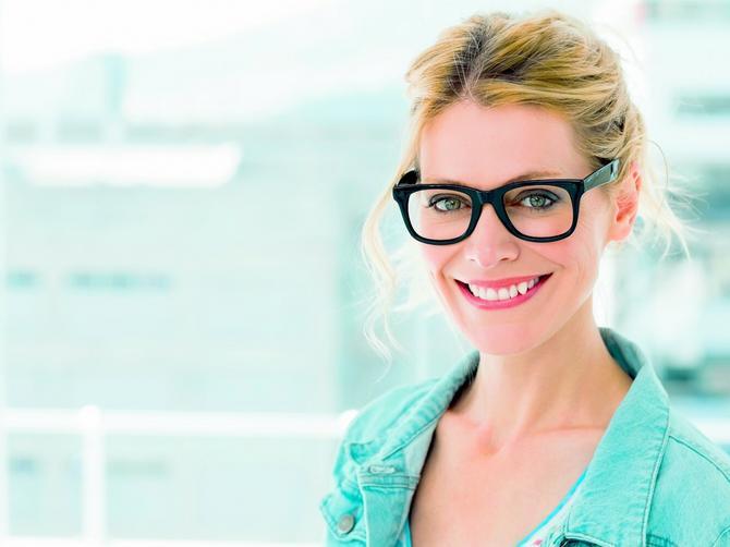 Zaboravite sve što ste dosad radile: OVAKO se ŠMINKAJU oči ispod naočara