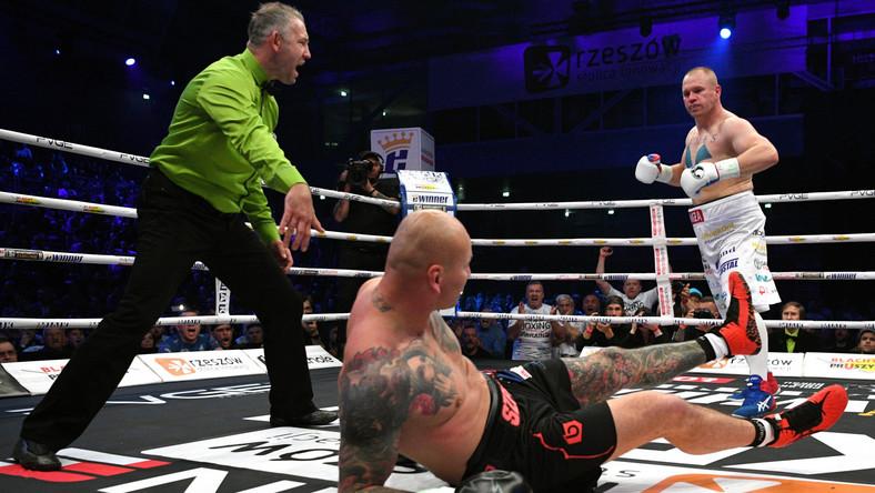 Artur Szpilka (C) na deskach w pojedynku o pas WBC International w wadze bridger z Łukaszem Różańskim (P) podczas gali bokserskiej KnockOut Boxing Night 15