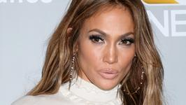 Ta kreacja Jennifer Lopez z pozoru wygląda na skromną. Spójrzcie jednak na dół