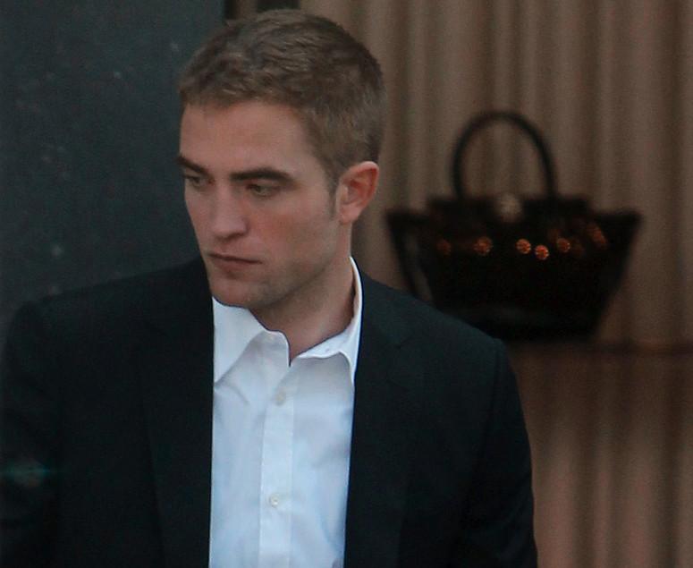 Robert Pattinson naprawdę spotyka się z gałązkami FKA