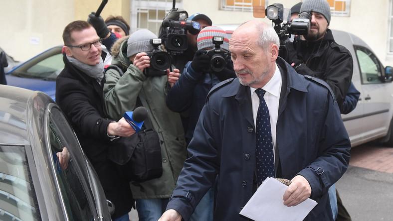 Wiceprezes Prawa i Sprawiedliwości Antoni Macierewicz w drodze do warszawskiej siedziby PiS, gdzie kontynuowane są rozmowy ws. nowego rządu