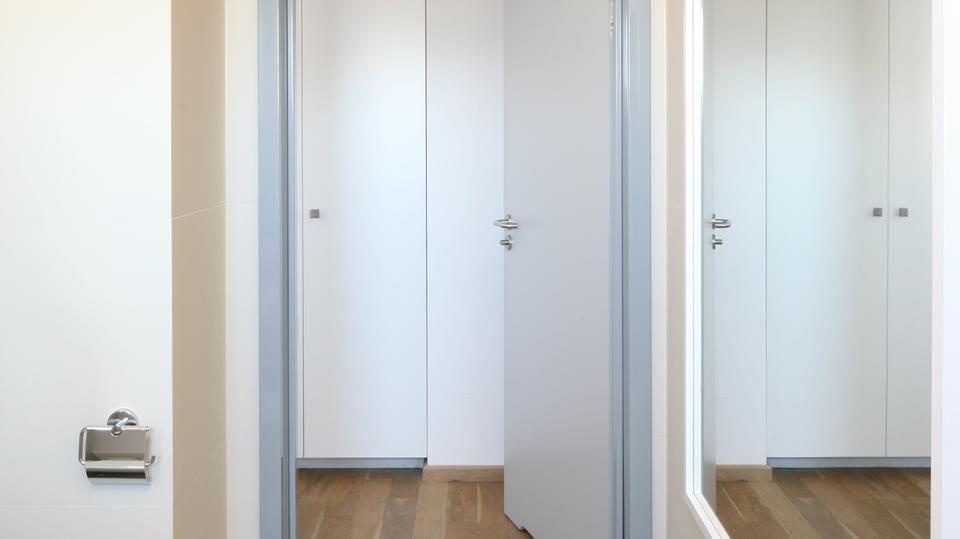 5. Niewielkie i wąskie pomieszczenie ożywiają kolory, a a optycznie powiększają duże lustra umieszczone na przeciw siebie.