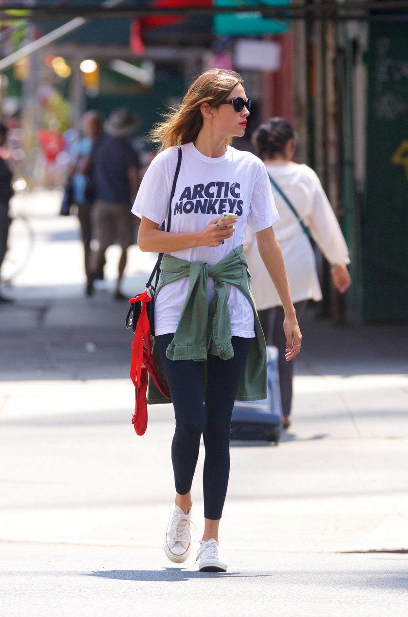 Alexa Chung w T-shircie Arctic Monkeys