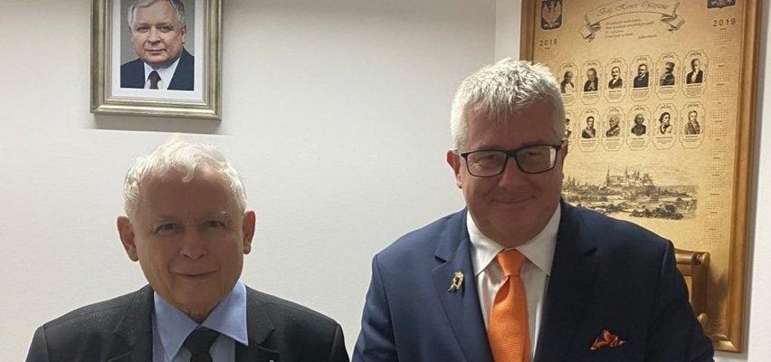 Ryszard Czarnecki wręczył Kaczyńskiemu nietypowy prezent. Zdradził nam, czym interesuje się prezes PiS