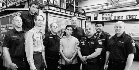 Alsides Moreno sa vatrogascima koji su ga spasli