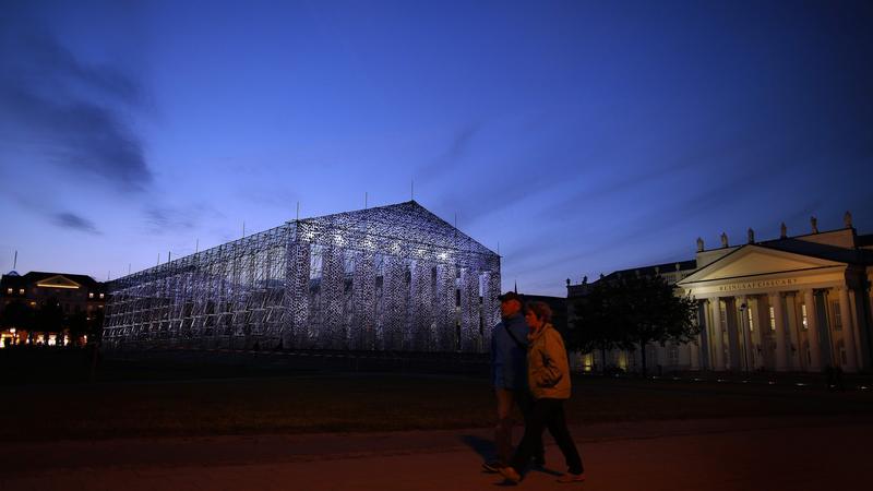 Partenon Książek autorstwa argentyńskiej artystki Marcie Minujín