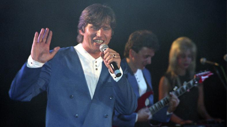 """Program """"Disco Polo Live"""" został po raz pierwszy wyemitowany na antenie Polsatu 20 lat temu, a w okresie największej popularności oglądało go ponad 5,5 mln widzów. Choć do słuchania tego gatunku muzyki nie każdy się przyznaje, to Shazzę, zespół Akcent czy Boys znają wszyscy. Zobacz jak zmieniły się największe gwiazdy disco polo!"""