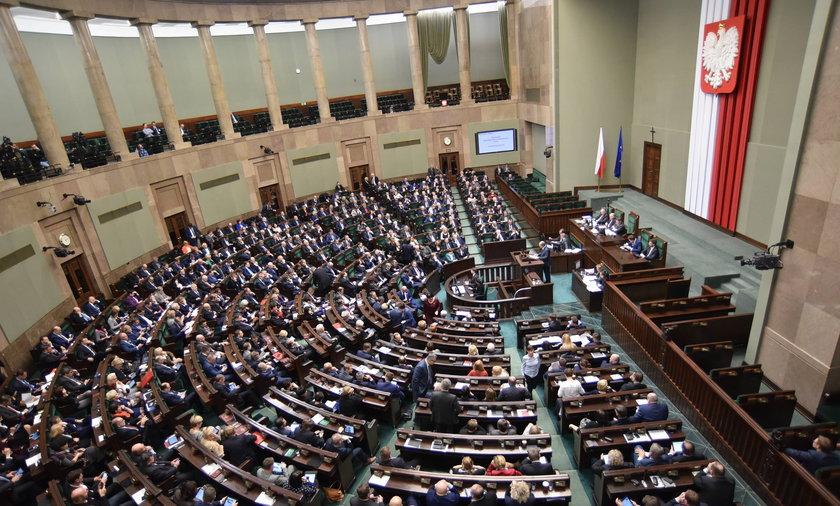 Według CBOS partia Jarosława Kaczyńskiego na prowadzeniu