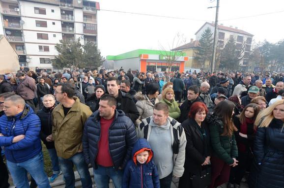 Građani ispred Doma zdravlja u Opovu