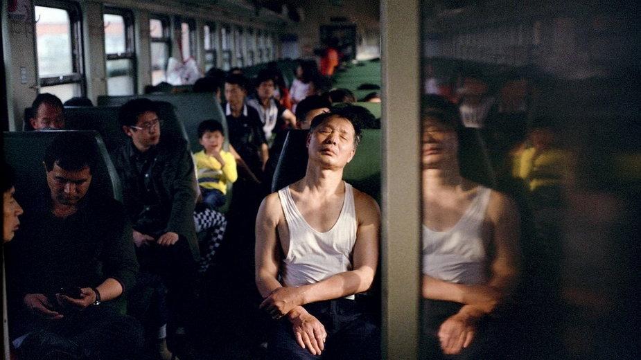 Pasażerowie w pociągu jadącym z Nanchang do Ji'an