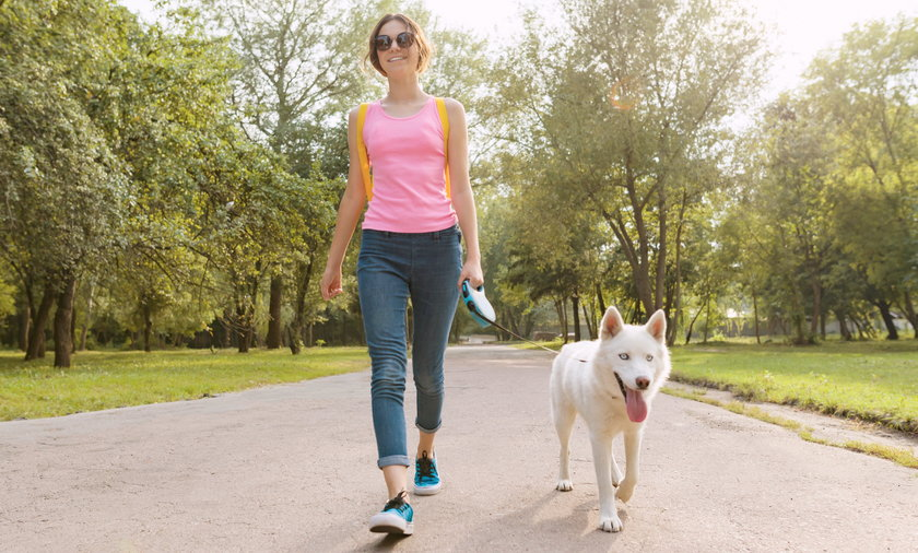 Ile kroków trzeba robić dla zdrowia? Na pewno nie za mało! Jednak koncepcja 10 tysięcy kroków jako wyznacznika dbania o siebie okazuje się być mitem. Aby zachować zdrowie, wystarczy robić dziennie 7 tysięcy kroków.