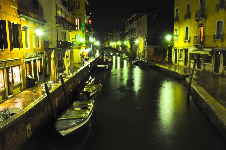 Nocny spacer wzdłuż kanałów