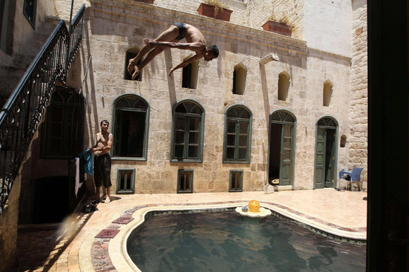Odmor ratniku: Sirijski pobunjenici se kupaju u bazenu u Alepu