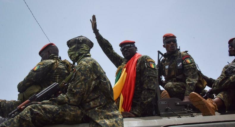 Le colonel Mamady Doumbouya escorté par les membres de son unité spéciale