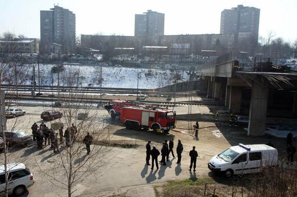 Policija kod Prokopa, na mestu gde su kriminalci nakon pljačke zapalili automobile