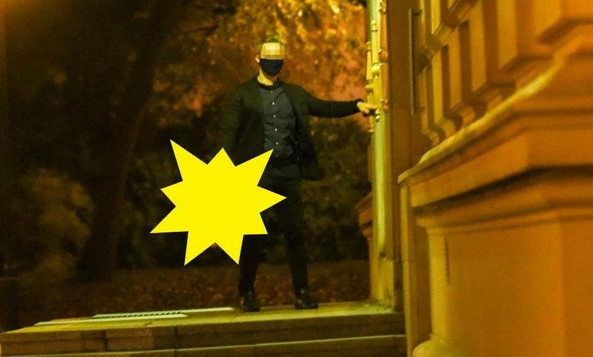 Wieczorem w siedzibie premiera obradowały władze PiS. Pojawił się też mężczyzna z tajemniczo wyglądającym urządzeniem