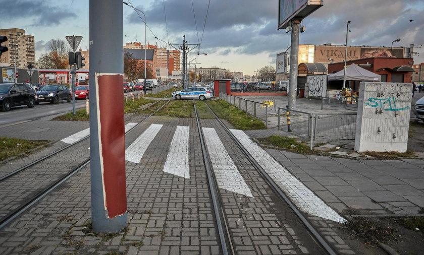 W Łodzi na torach tramwajowych przy ul. Dobrej leżały betonowe płyty