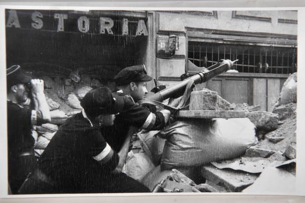 Fotografia z archiwum Henryka Śmigacza z okresu Powstania Warszawskiego, zaprezentowana w IPN w Warszawie