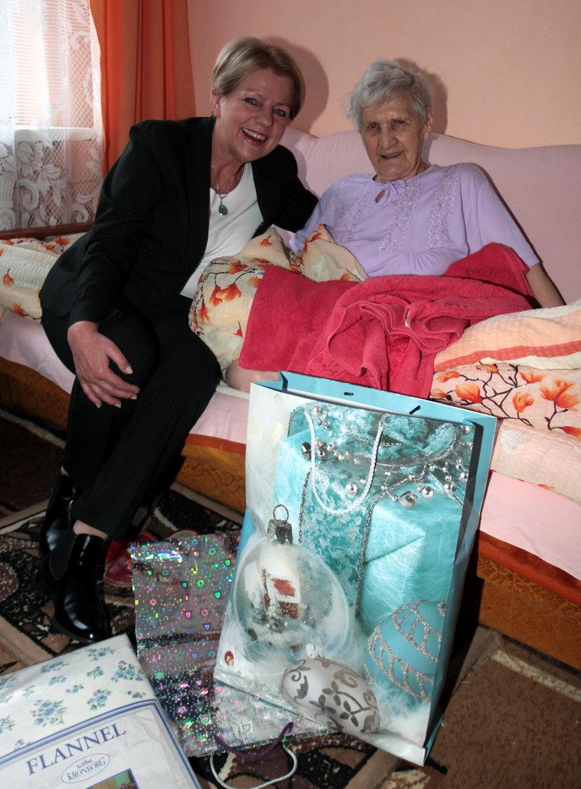 Sekretarz miasta Gdańska Danuta Janczarek i obdarowana 92-letnia pani Teodora Ledemann. Gdańszczanka jest osobą samotną
