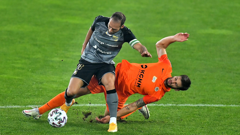 Piłkarz KGHM Zagłębia Lubin Lorenco Simić (P) i Flavio Paixao (L) z Lechii Gdańsk podczas meczu Ekstraklasy
