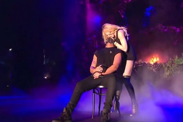 Madona ga poljubila u usta, a on se zgadio! (VIDEO)