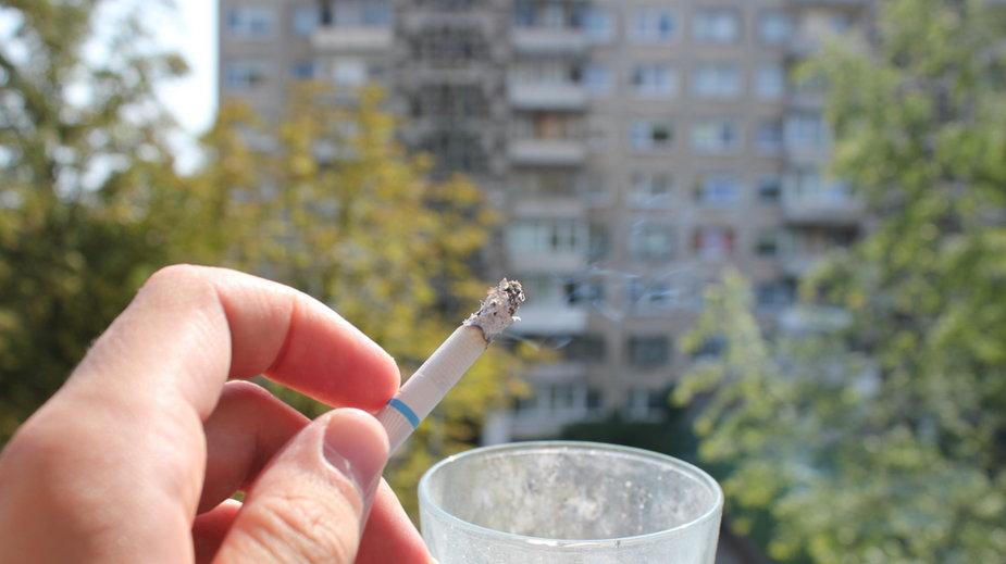 Czy powinno się zakazać palenia papierosów na balkonach?