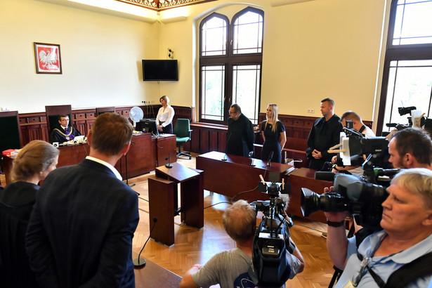 2,5 roku pozbawienia wolności dla funkcjonariusza, który katował zatrzymanego, oraz po dwa lata odsiadki dla trzech byłych już policjantów, którzy się temu przyglądali. Taki wyrok wydał sąd w sprawie osób mających związek ze śmiercią Igora Stachowiaka na policyjnym komisariacie.