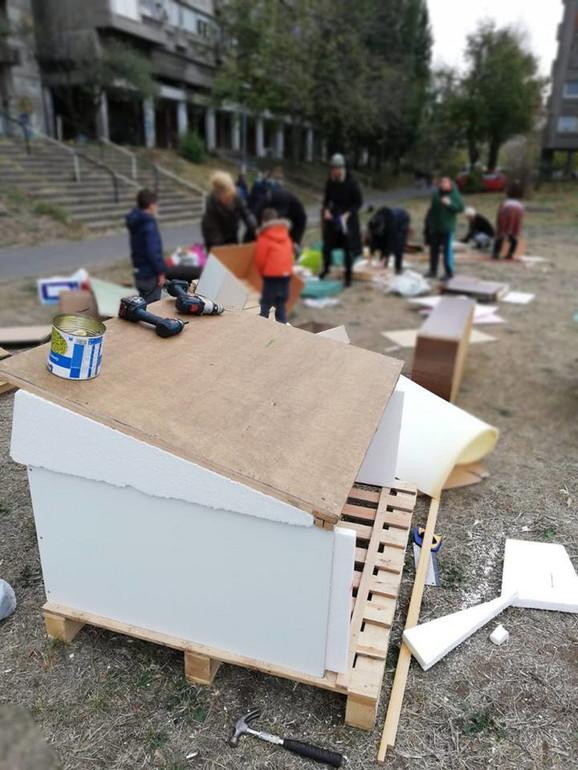Ljubitelji životinja su napravili skoro 20 kućica za pse