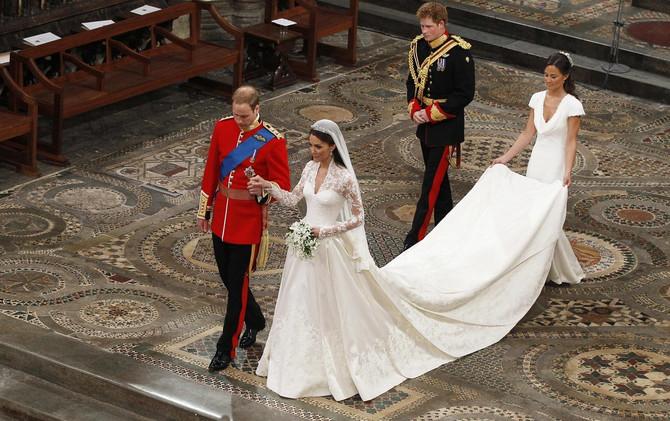 Vilijam i Kejt na venčanju, iza njih su Pipa Midlton i princ Hari