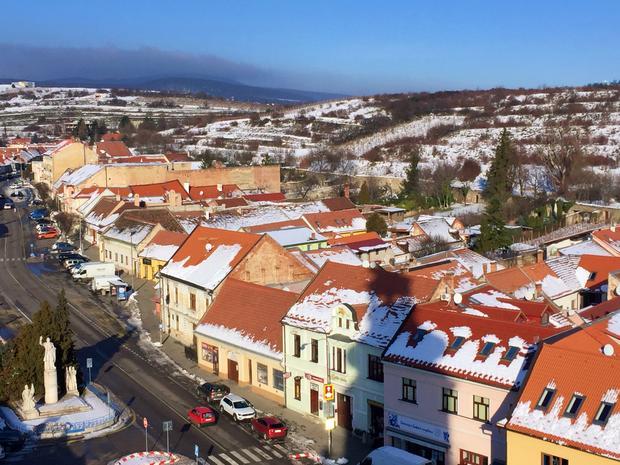 Panorama Modrej z wieży kościoła pw. Św. Srefana Króla. W lewym dolnym rogu widoczny pomnik Ludovita Štura na głównym placu, a za linią domów widoczne są mury miejskie