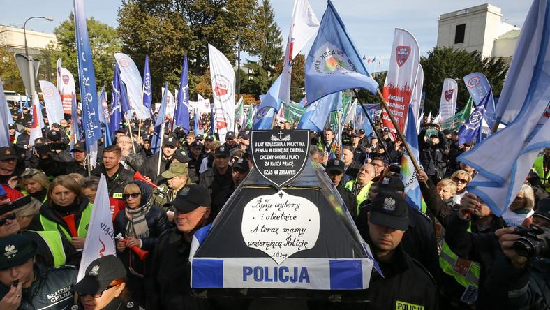 Na podwyżki zostanie przeznaczonych około 443 milionów złotych. Wszyscy komendanci służb podległych MSW zostali zobowiązani do przedstawienia do 30 października uzgodnionej ze związkami zawodowymi koncepcji podwyżek dla funkcjonariuszy.