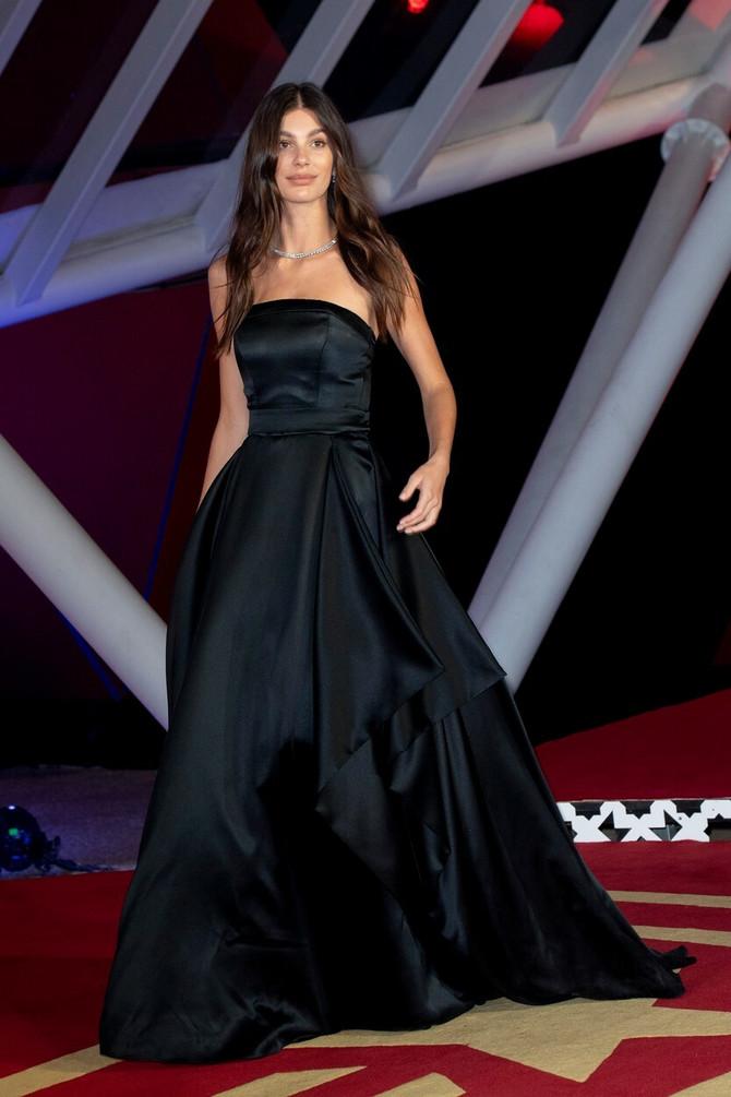Kamila Morone u crnoj haljini