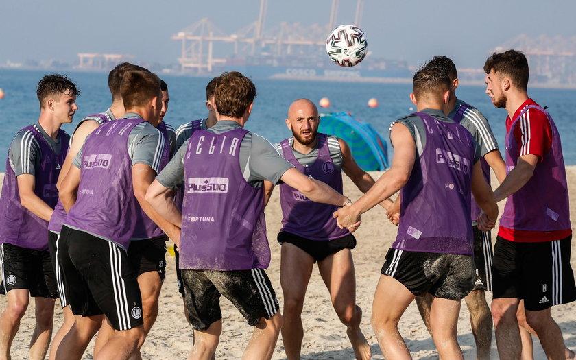 Piłkarze, trzymając się w kółku za ręce musieli przejść po plaży żonglując futbolówką.