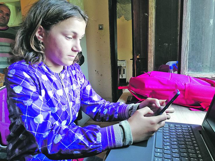 Stolica, radni sto, laptop, tablet, telefon, ranac su sada deo njenog novog radnog kutka