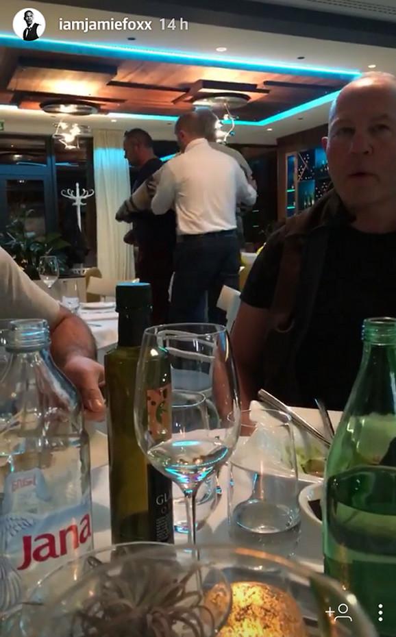 Trenutak kada osoblje restorana izvodi goste koji su vređali Džejmija